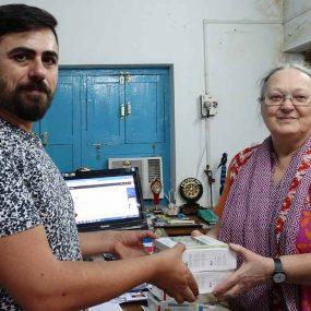 DKV Integralia entrega GPS a conductores Fundación Vicente Ferrer en la India