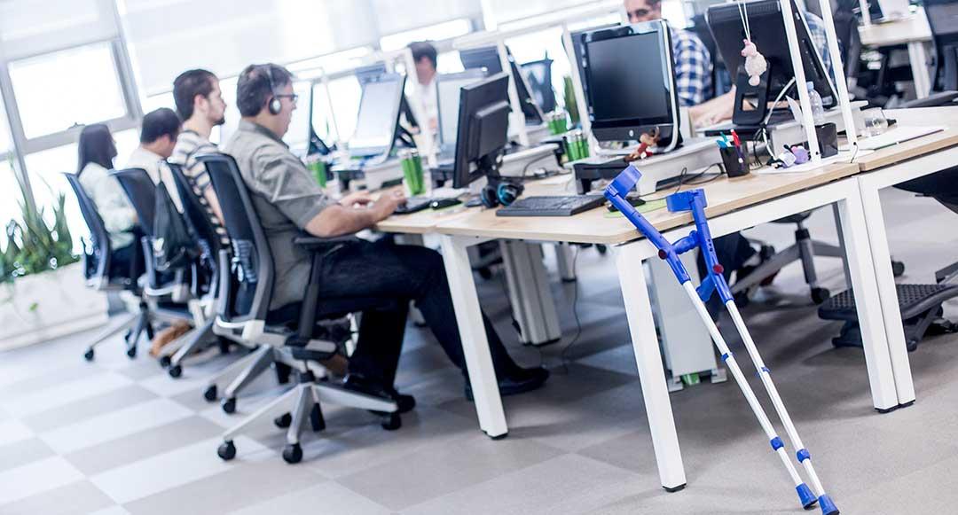 Personas con discapacidad trabajando en Marketing Digital