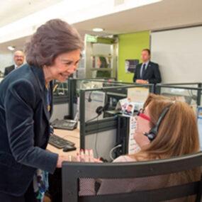 Doña Sofía saluda a una trabajadora de Integralia