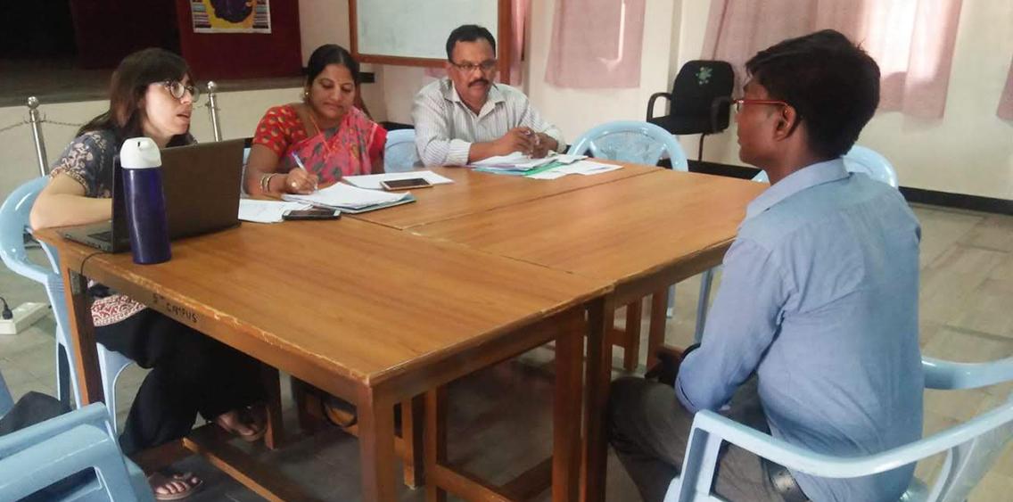 Mónica y técnicos de RDT realizando el proceso de selección
