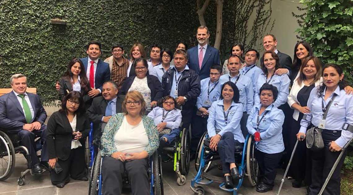 Los beneficiarios del proyecto posando junto al Rey Felipe VI