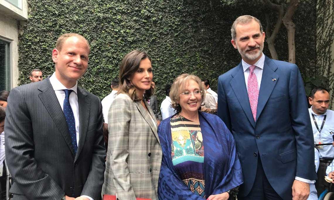 Felipe VI posando junto a la directora de Proyectos de Cooperación Pilar Moya