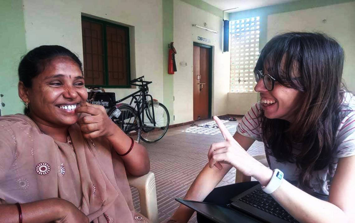 Mónica Arazo junto a una mujer de la India