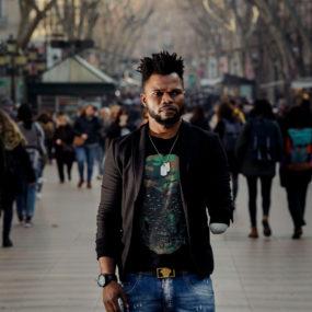 Julius en una calle de Barcelona