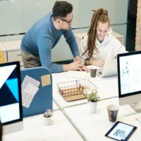 Ayadar a los compañeros a adaptarse al puesto de trabajo