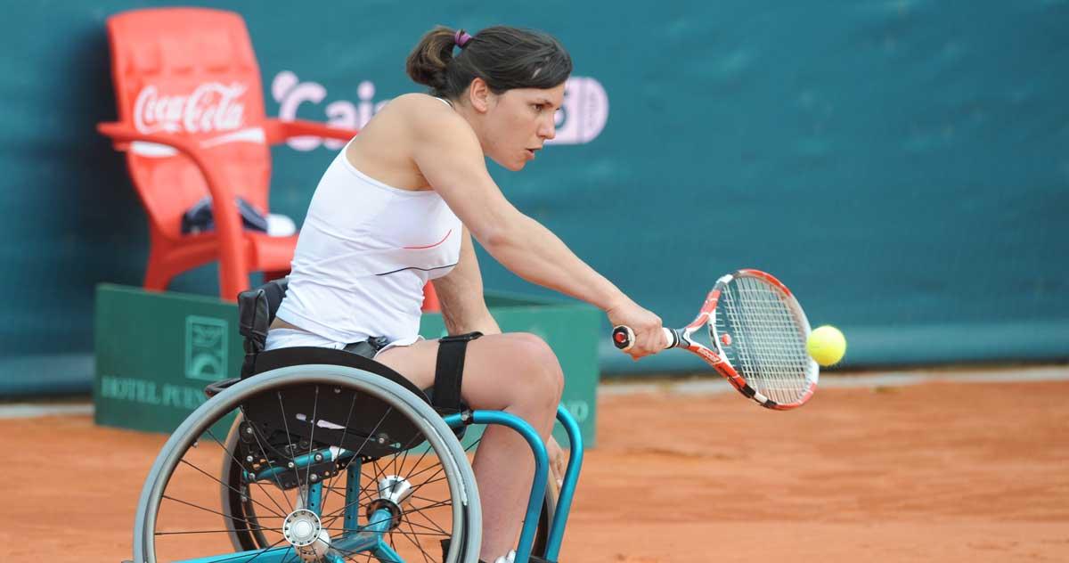 Elena Jacinto jugando a tenis