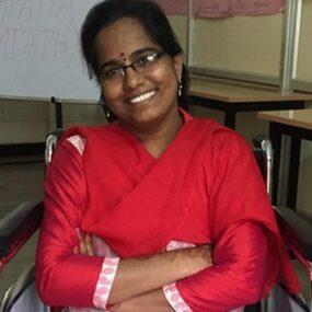 """El privilegio de ir en silla de ruedas"""". La historia de Narmada"""